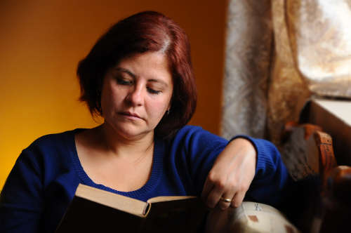 Mujer leyendo en casa