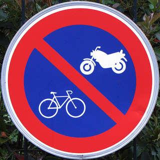 Motos y bicis prohibidas