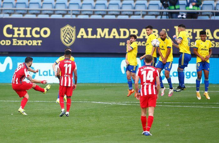 La reacción de Simeone en el gol de falta de Suárez