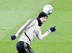 El futuro de James Rodríguez podría estar en el Manchester United. Según informa el Daily Express, el club inglés empezará a negociar con el Real Madrid el fichaje del colombiano esta próxima semana. Al parecer, los 'Red Devils' estarían dispuestos a pagar 23 millones de libras (unos 25 millones de euros) por su traspaso. Los británicos quieren reforzar su plantilla para acercarse al Liverpool y al Manchester City solventando la brecha de los últimos años y creen que James puede hacer que la calidad del equipo aumente considerablemente. La misma fuente asegura también que el Madrid ya se ha reunido con los representantes del centrocampista y que ambas partes acordaron su salida para este verano aprovechando su último año de contrato.