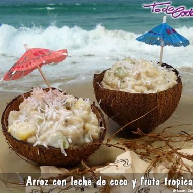 Arroz con leche de coco y frutas tropicales