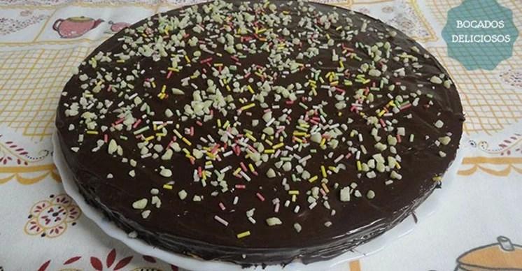 Tarta de chocolate crujiente bizcochos y otros dulces