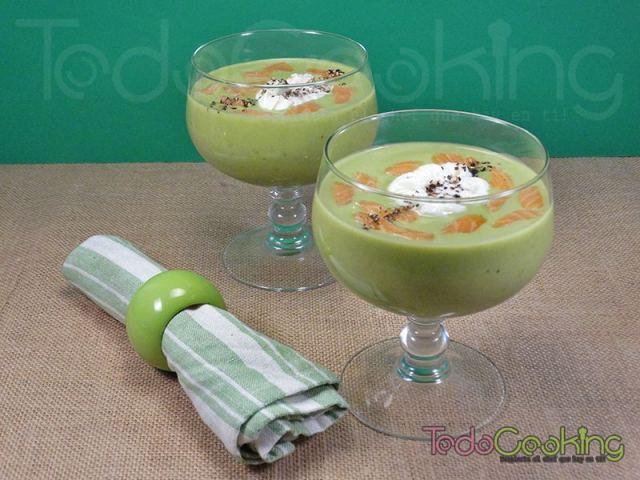 Crema-fría-de-guisantes-y-coco-con-huevo-poché - Cremas de verduras