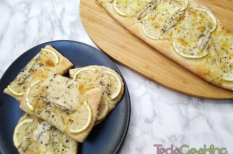 Coca de boquerones con queso y limon 04