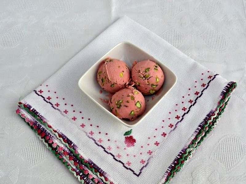 helado de fresa y pistacho