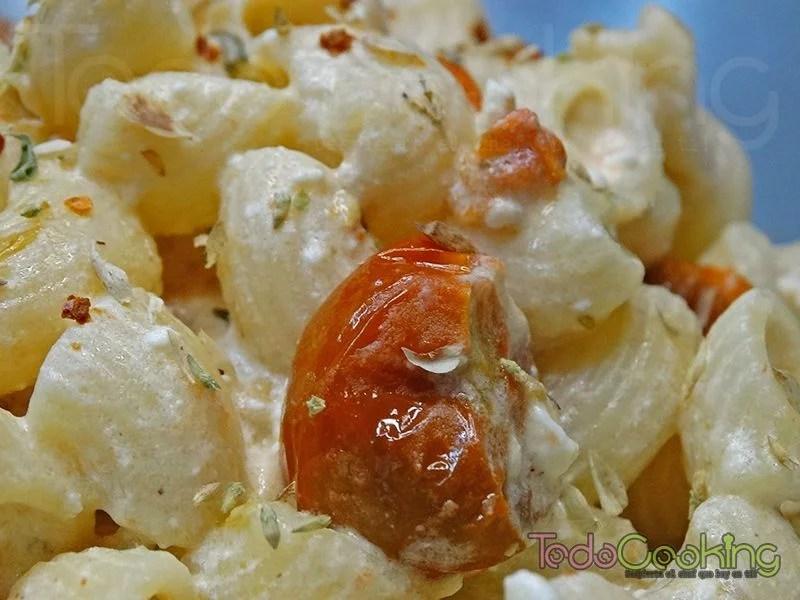 Pasta con queso feta y tomate cherry al horno 01