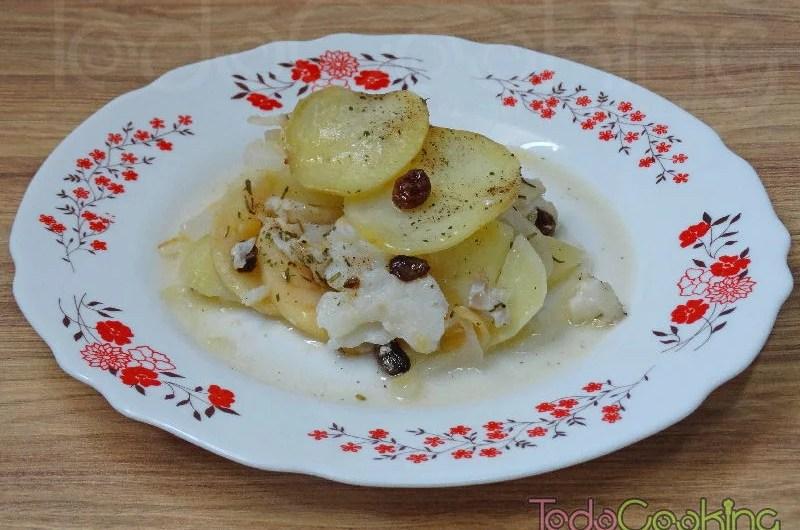 Pastel de bacalao con patatas manzana y pasas en el horno 03