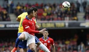 Alexis no pudo ganar el duelo ante Neymar.