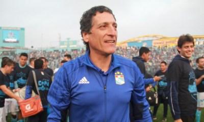Mario Salas se tituló campeón en Perú con el Sporting. Ahora debe decidir si vuelve a Chile a comandar a Colo Colo.