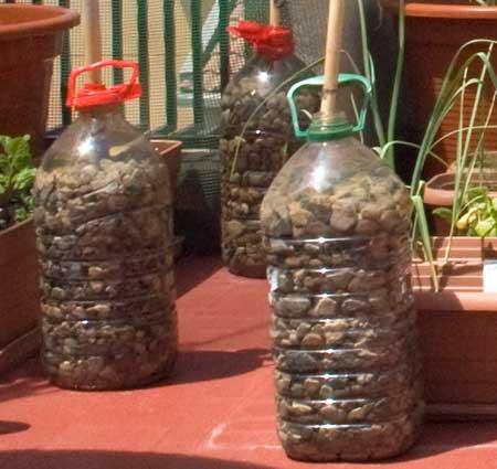 Pie con botellas de PET con piedras y agua.