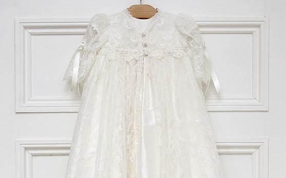 Vestido de niña blanco con encaje