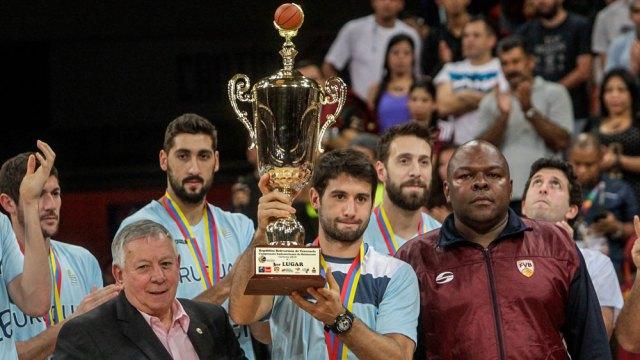 Selección Uruguaya de Básquetbol sosteniendo copa del Panamericano
