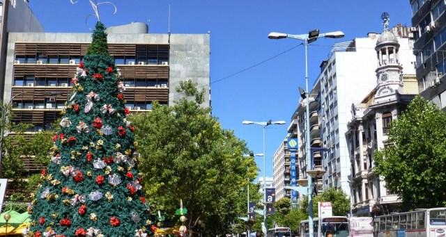 Árbol de navidad en Plaza del Entrevero