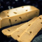 Veganer Käse nach Schweizer Art - mit Löchern!