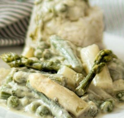 Abbildung von Spargel mit Kokosmilch als exotisches grünes Curry