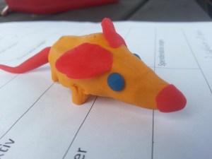 Zu den Aufgaben gehörte auch, eine Ratte aus Knete zu kneten.