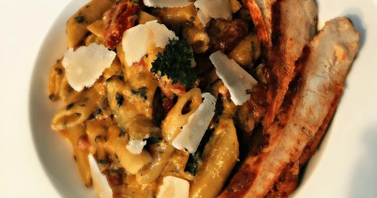 Rode pesto penne met parmezaanse kaas & diverse groente
