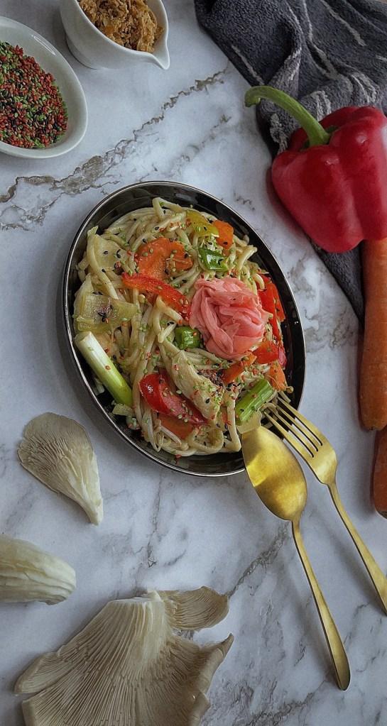 yakisoba recept udon noodles recipe togoodtobefood wortelbox duurzaam circulaire economie veel groenten gezond lekker snel makkelijk comfy food sesamzaadjes gebakken ui paprika japanse saus