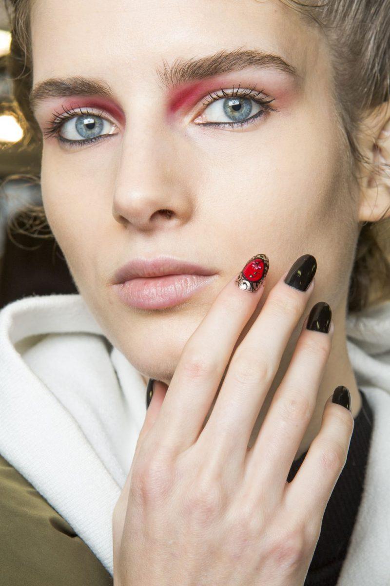 Αυτά είναι τα κορυφαία φθινοπωρινά χρώματα  για τα νύχια σας