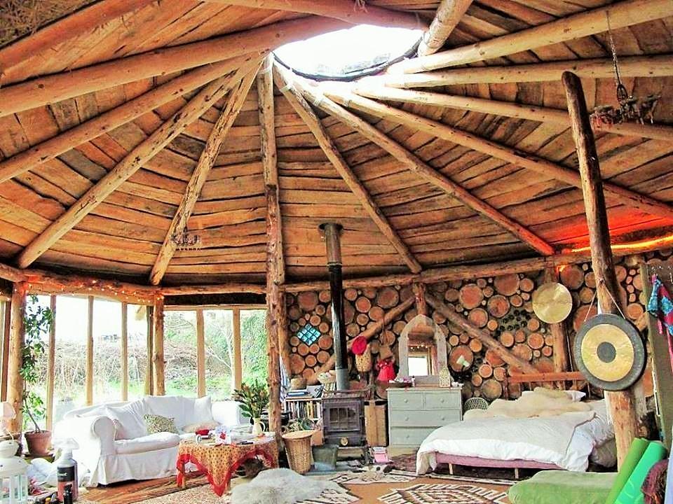 maison-bois-intérieur-aménagement-rondin-matériaux-autonome-toit