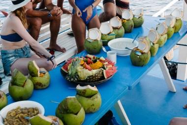 Zajtrk na ladji - sadje in ovseni kosmiči v mladem kokosu