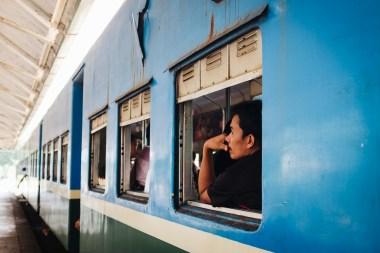 Potniki na železniški krožni liniji, Jangon, Mjanmar
