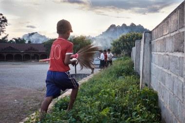 Otroška igra na mjanmarskem podeželju (foto: Janin Kolenc).