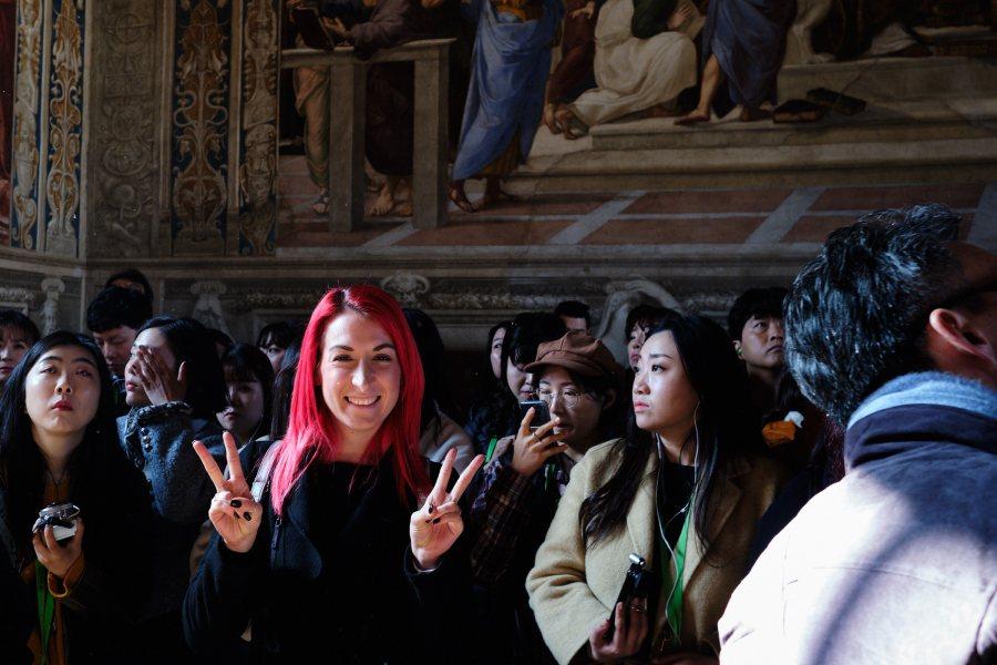 Pred fresko Atenske šole na izletu v Rim