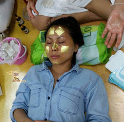 Gezielte Stellen Die Goldfinish Gesicht Massage Massage ist Wellness für Sie und Ihn auch als Top Geschenk für jeden Anlass. toksen_massage_wien_goldfinish_beauty_spa_wellness_gesichtsbehandlung_zellerneuerung_250_254