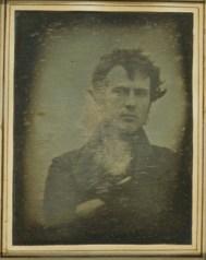 Υπάρχουν και άλλες ιστορικές selfie όπως αυτή, ακόμη ενός φωτογράφου, Robert Cornelius τραβηγμένη το 1839