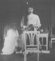 Καθώς επίσης και η Μεγάλη Δούκισσα Αναστασία της Ρωσίας αυτό-φωτογραφίζεται στην εφηβεία της μπροστά σε έναν καθρέφτη, το 1914.