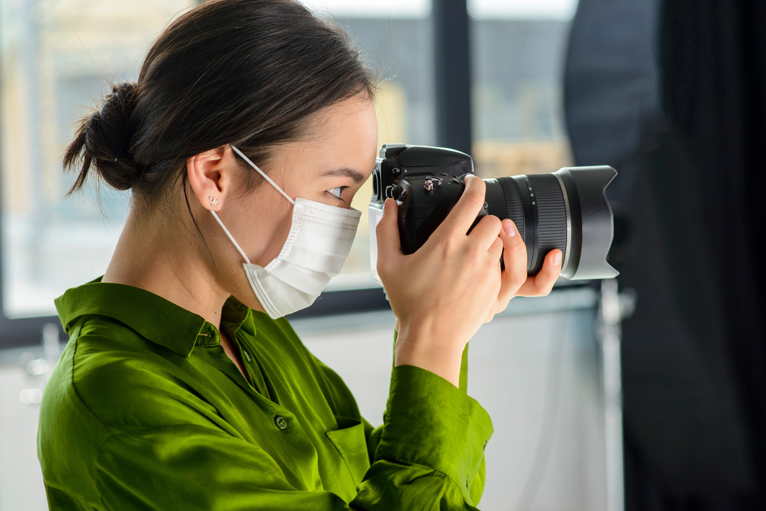 photographer-with-mask