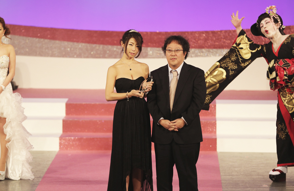 Ayumi Shinoda receives the Best Mature Actress prize