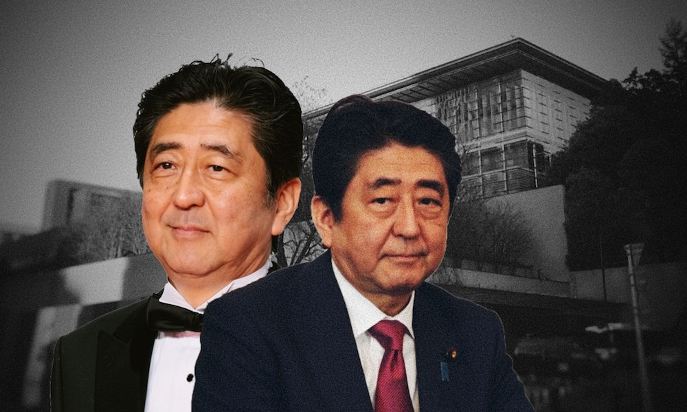 Shinzo Abe in front of the Kantei