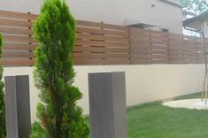 塀の上の樹脂板マイティーウッド