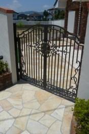 鋳物門扉の付いた塗り壁門柱