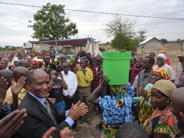 Einweihungsfeier für die neue Wasserversorgung. Im Bild links der neue District Commissioner von Mwanga, Mr. Aaron Y. Mbogho