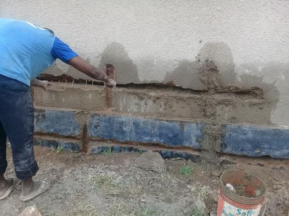Risse im Mauerwerk werden ausgebessert