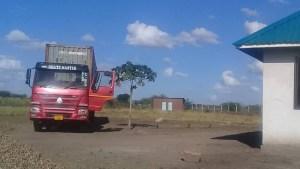 Ankunft des Containers im Dorf Toloha