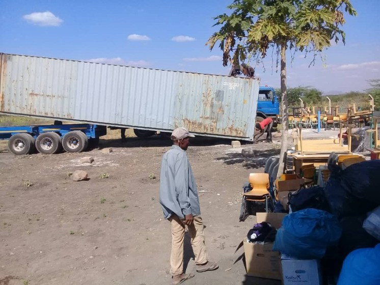 Entladen des Containers in Toloha