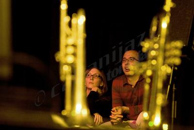 Mary Halvorson y Taylor Ho Bynum observando a Anthony Braxton tocar en solitario en el bis del concierto del Diamond Curtain Wall Trio. 26 de octubre de 2007. Auditorio del Colegio Mayor San Juan Evangelista (Madrid). Fotografía: © Sergio Cabanillas, 2009