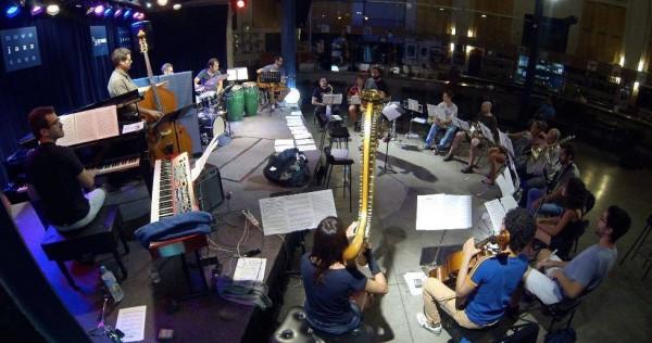 Panorámica de la orchestra con la dirección de Julián Sánchez durante la grabación de UNO