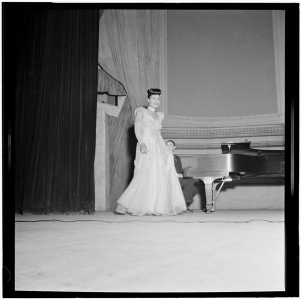 Billie Holiday, Carnegie Hall, New York, N.Y., between 1946 and 1948. Fotografía por William P. Gottlieb