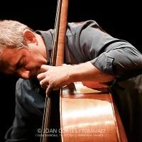 """INSTANTZZ: Claude Tchamitchian """"In Spirit"""" -contrabajo solo- (32ème Jazzèbre, Casa Musicale, Perpignan -France-. 2020-10-13) [Galería fotográfica AKA Fotoblog de jazz, impro... y algo más] Por Joan Cortès"""