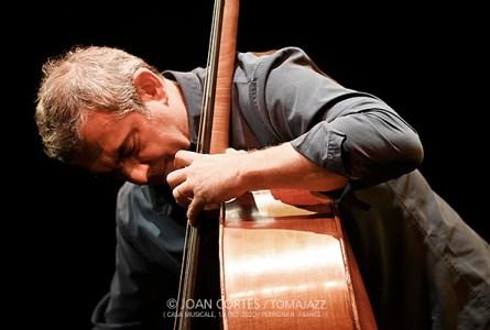 """INSTANTZZ: Claude Tchamitchian """"In Spirit"""" -contrabajo solo- (32ème Jazzèbre, Casa Musicale, Perpignan -France-. 2020-10-13) [Galería fotográfica AKA Fotoblog de jazz, impro… y algo más] Por Joan Cortès"""