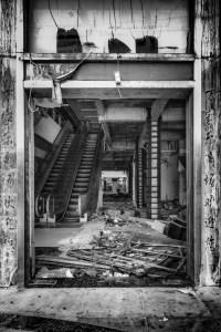 被遺棄的商場 Abandoned shopping mall / 中國海南三亞 Sanya, Hainan, China / SML.20140506.6D.32068.P1.BW
