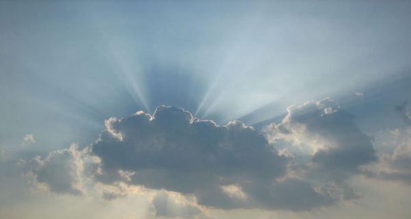 雲の隙間から光が差し込んでいる