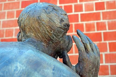 聴いている彫刻