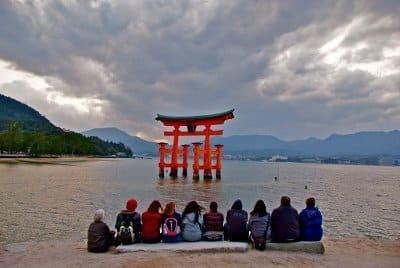 欧米人-日本旅行-宮島鳥居