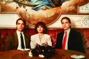 JEREMY IRONS IN INSEPARABILI (1988) Jeremy Irons nei panni di due gemelli ginecologi che vengono divisi da una donna in Inseparabili di David Cronenberg.